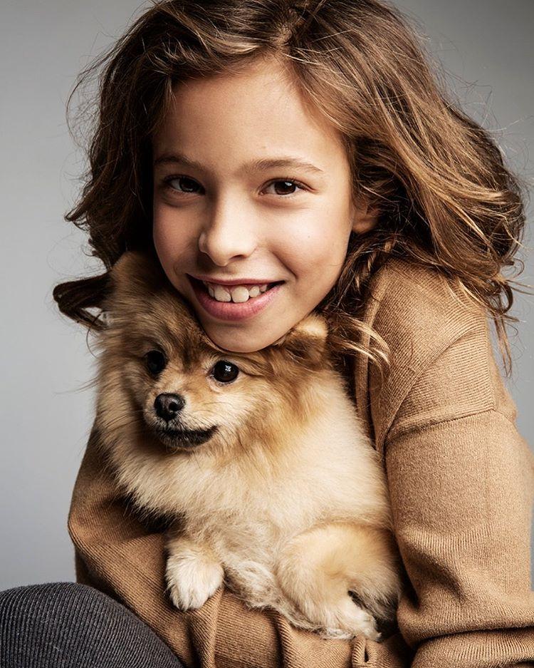 Дочка Сергея Жукова позирует с собачкой