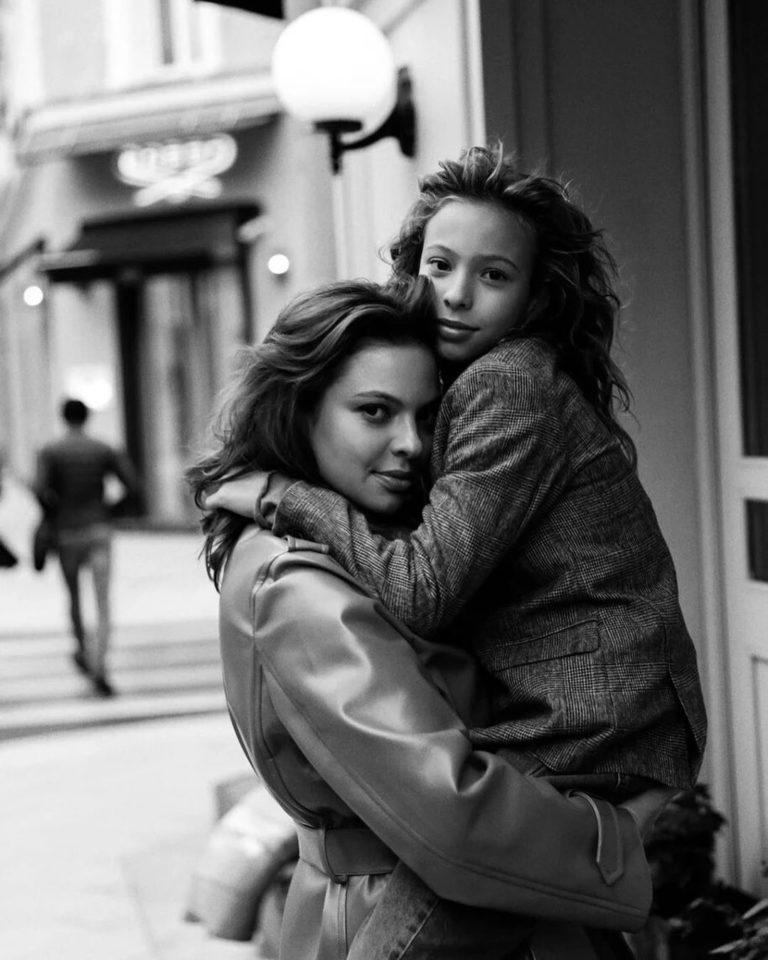 Вероника Бурд держит на руках свою дочку Нику