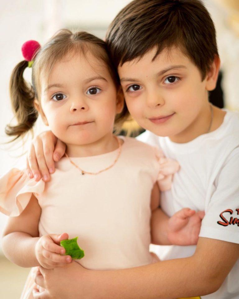 Милое фото брата с сестренкой