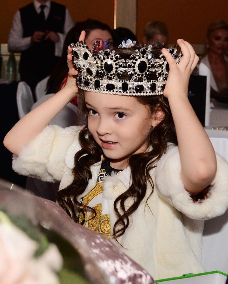 Алла-Виктория примерила корону отца