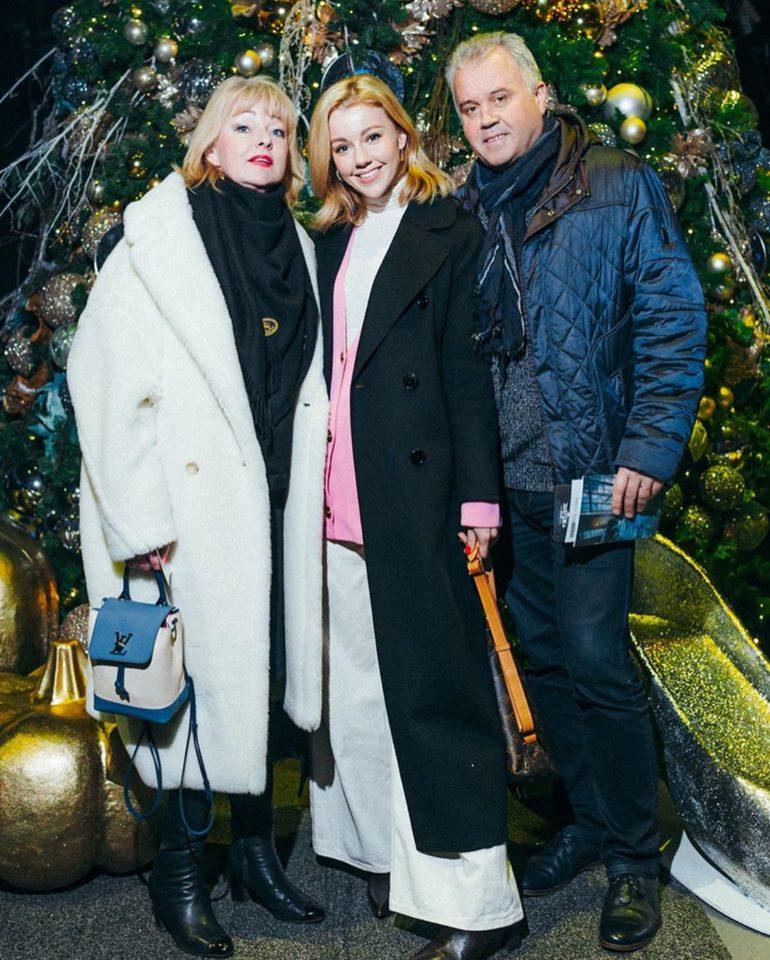 Юлианна Караулова со своими родителями