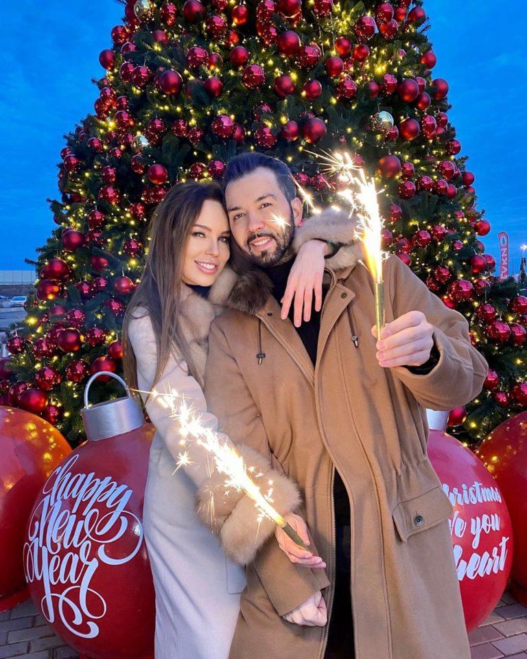 Денис Клявер показал романтические предновогодние фото со своей женой