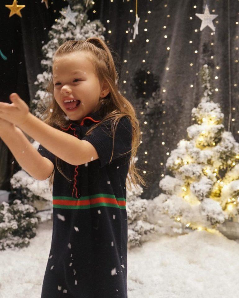 Александра радуется искусственному снегу