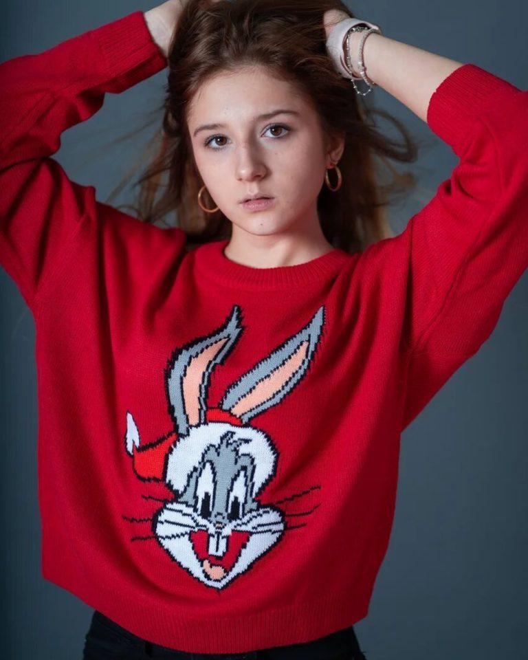 Алина Лазарева в красном свитере с зайцем