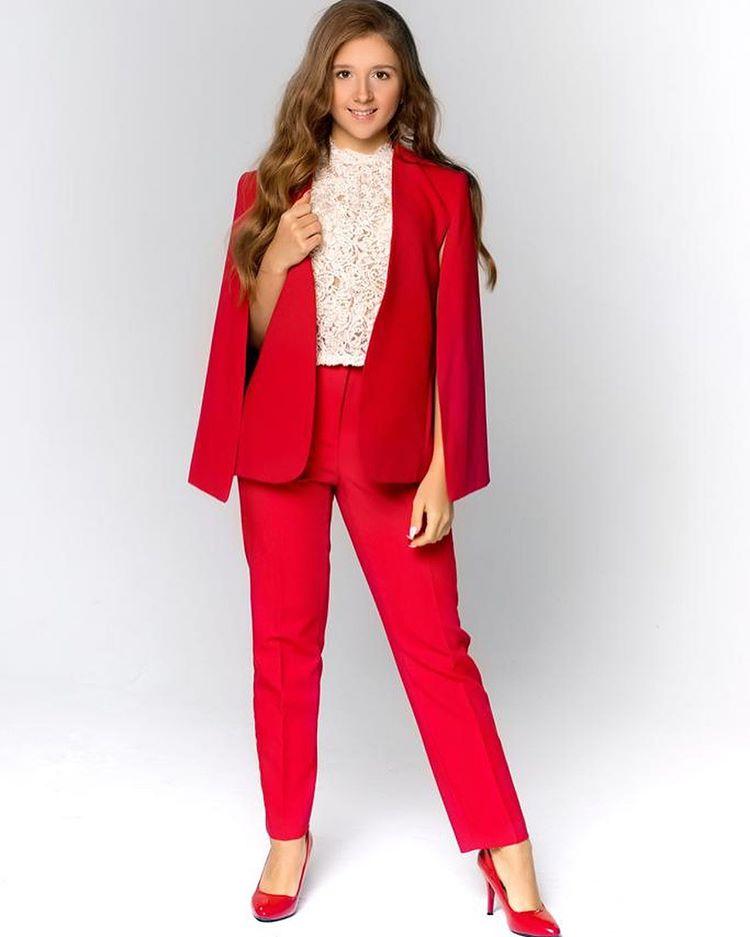 Алина Лазарева в красном костюме