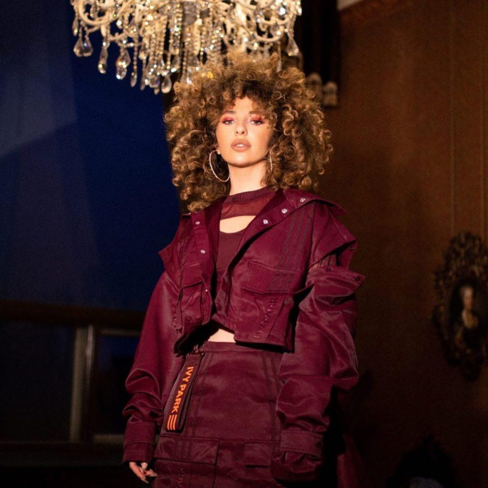 Певица Аника показала стильный образ в рамках фотосессии для Adidas х IVY PARK