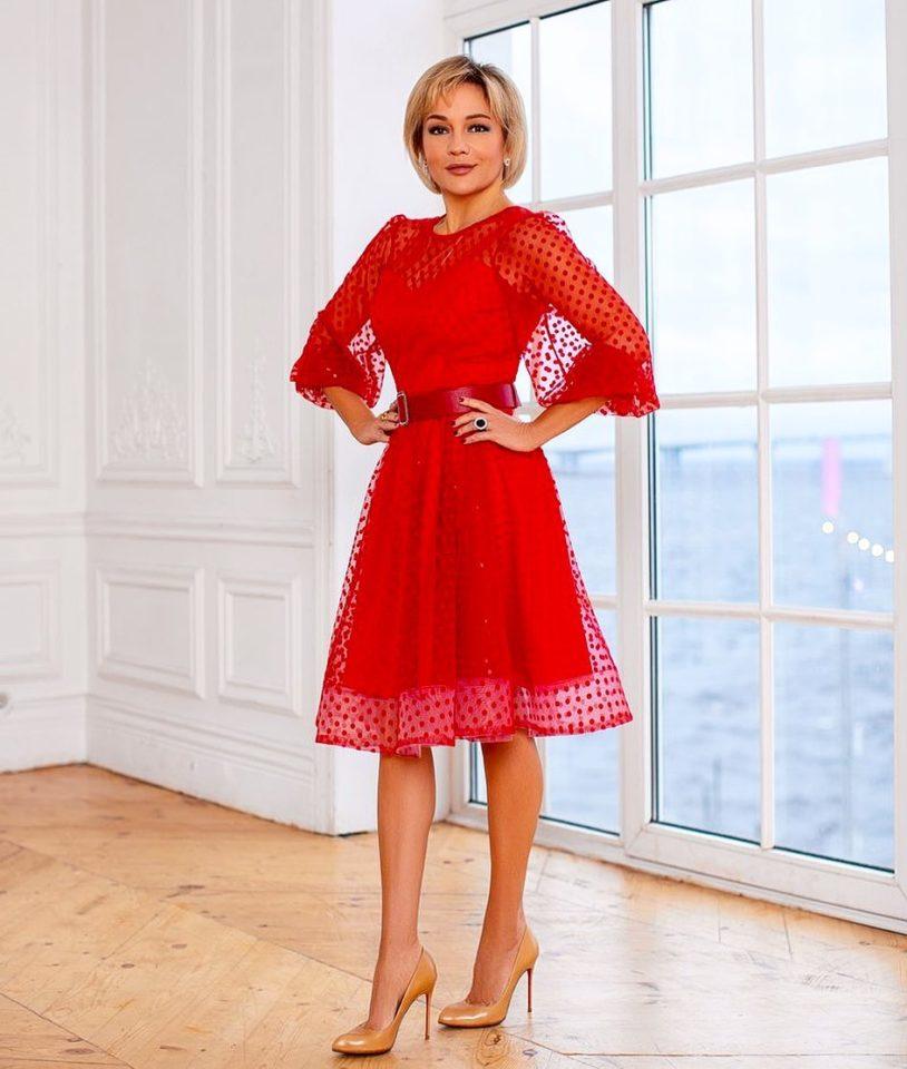 Татьяна Буланова в красном платье в бархатную веснушку