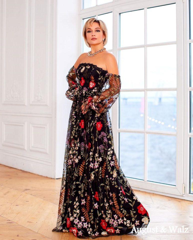 Татьяна Буланова в красивом длинном платье с открытыми плечами. С вышивкой на сетке.