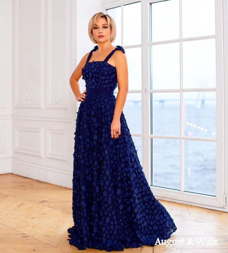 Татьяна Буланова в курсивом длинном темно-синем платье