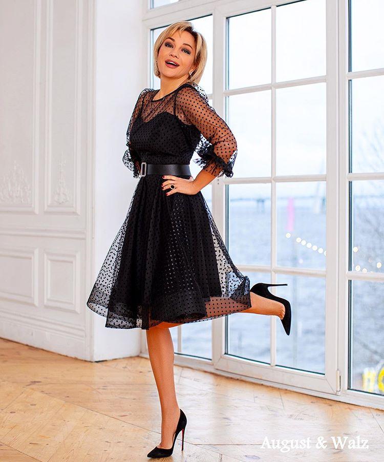 Татьяна Буланова в черном платье в в бархатную веснушку
