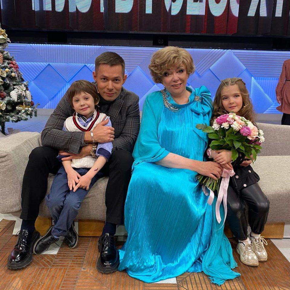 Стас Пьеха с сыном, племянницей и бабушкой