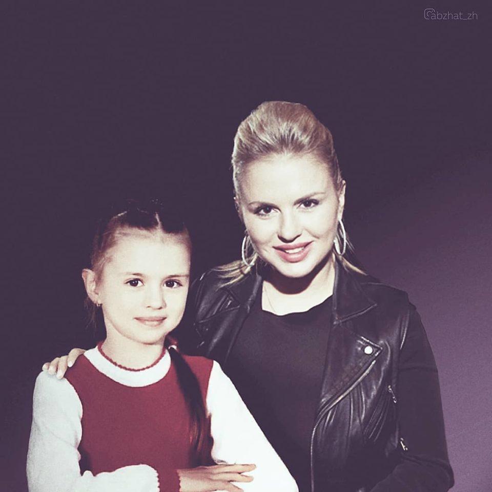 Анна Семенович в детстве и сейчас
