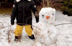 Денис Клявер показал видео, как его младший сын лепит снеговика из грязного снега