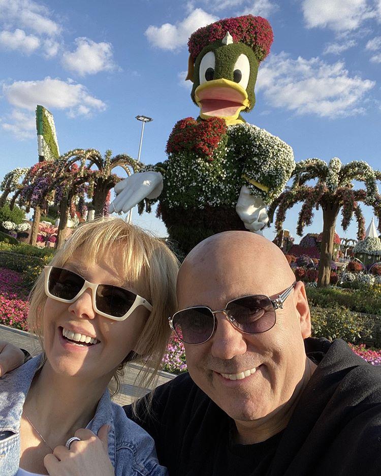 Валерия и Иосиф гуляет в парке цветов