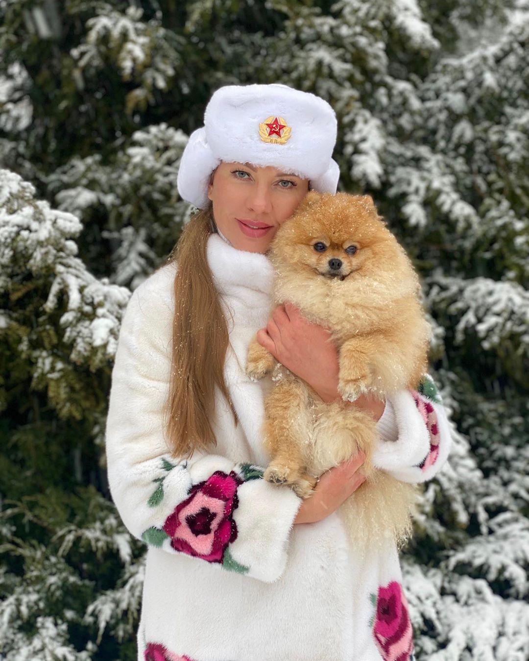 Наталия Иванова гуляет со своим шпицем