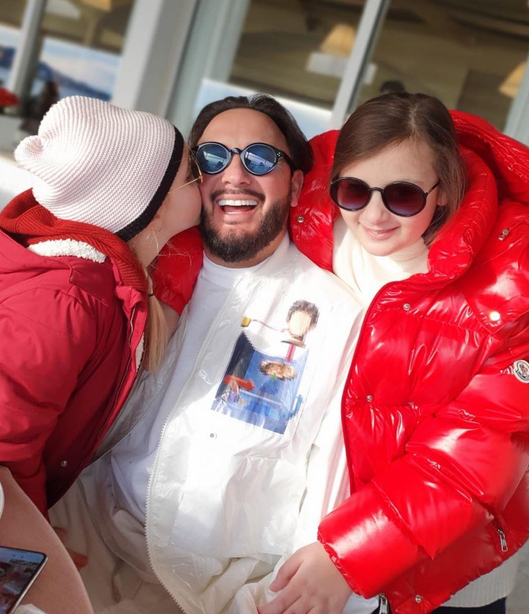 А это тоже недавнее фото Стас Михайлова, но уже с двумя дочками — Иванной и Марией