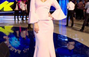 Пелагея показала образ в розовом платья и удивила чехлом для смартфона | Музолента