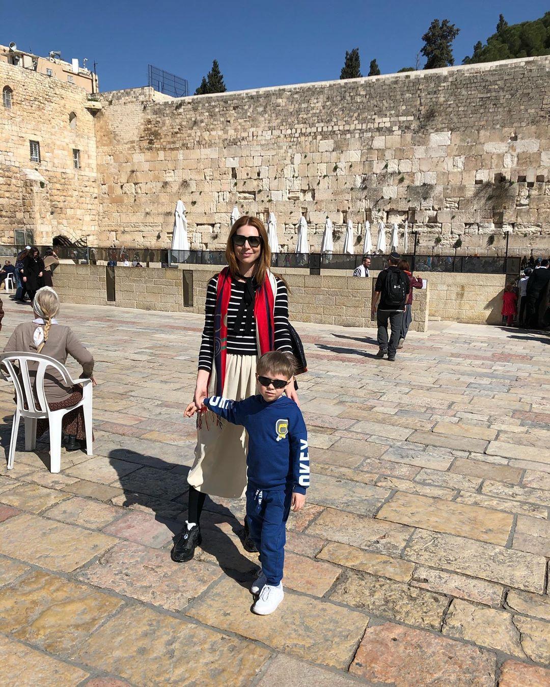 Наталья Подольская с сыном гуляют по Иерусалиму