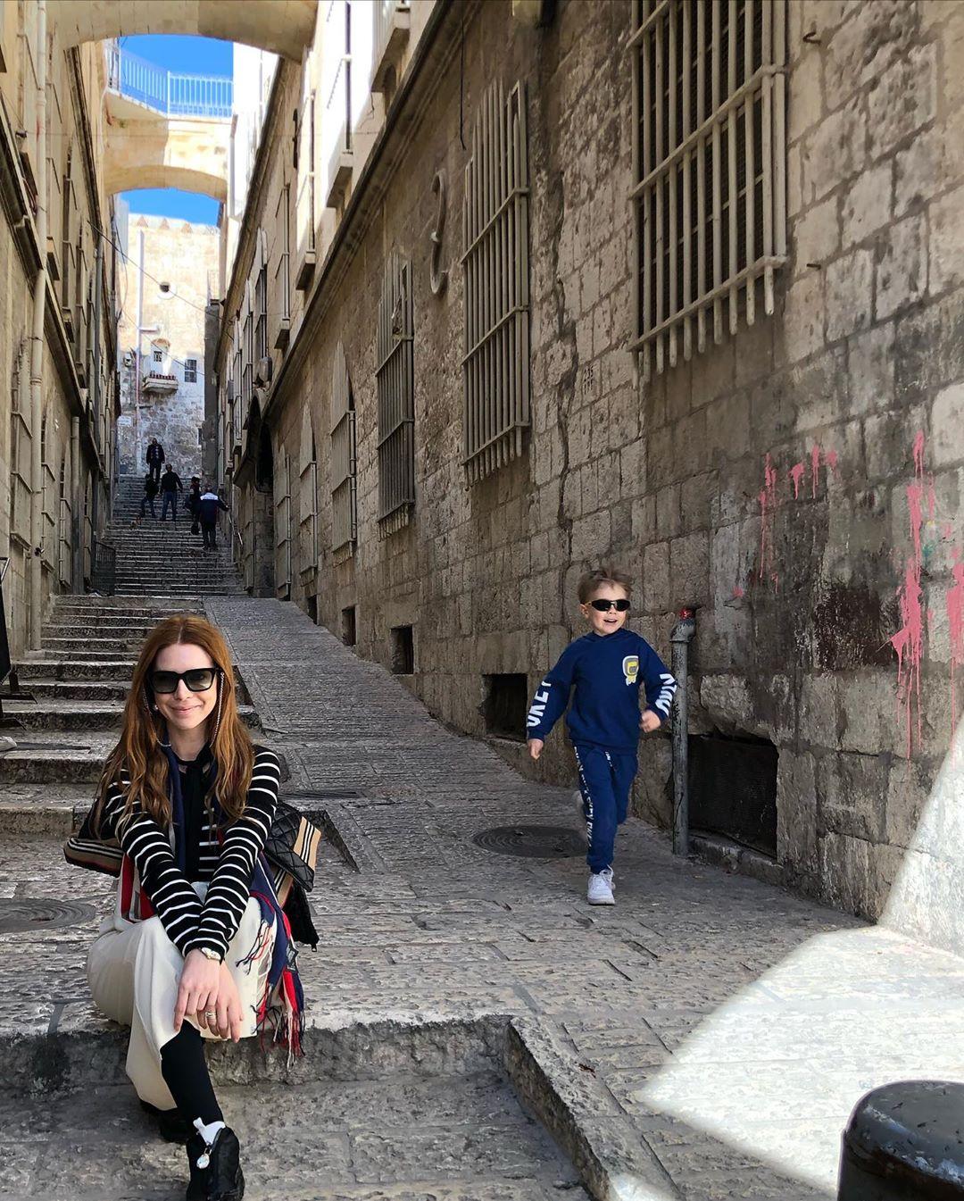 Наталья Подольская и АРтем гуляют по узким улочкам
