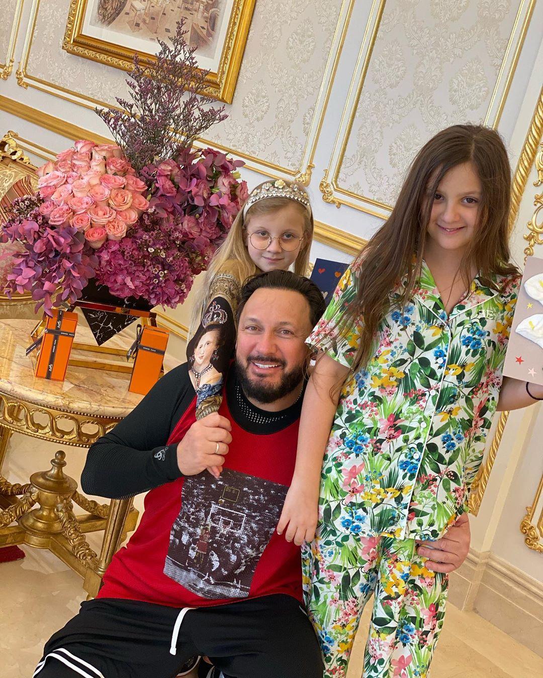 Стас Михайлов со своими дочками поздравил с 23 февраля