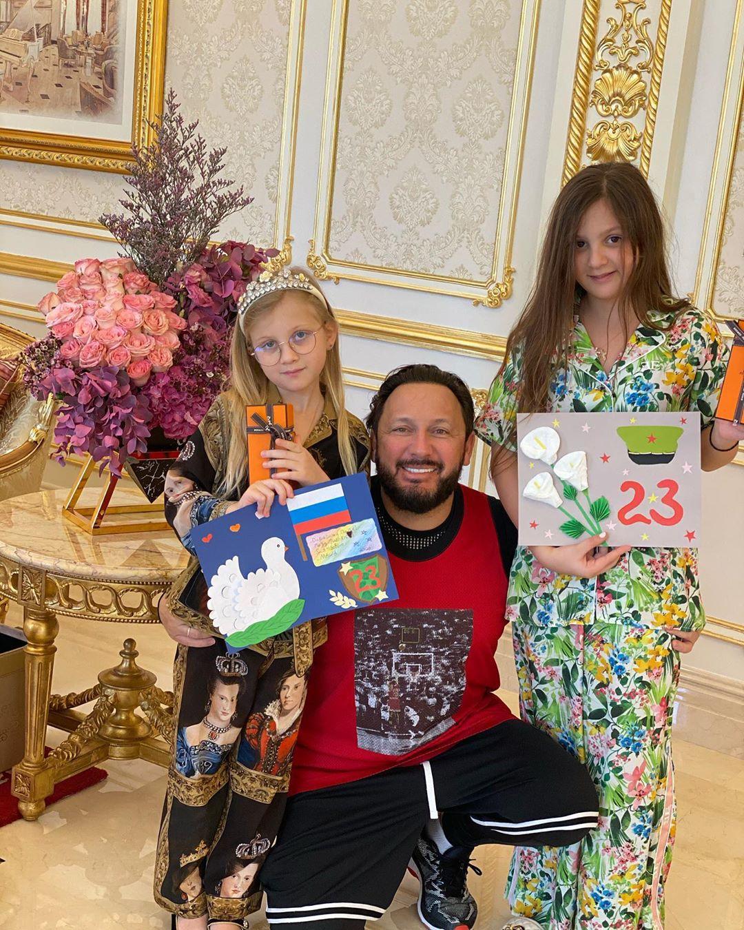 Стас Михайлов и дочки поздравляют с 23 февраля