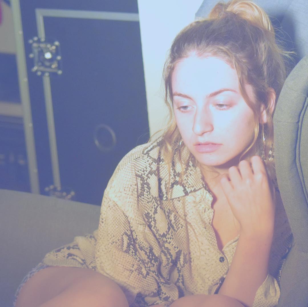 Лиза Варум в грустном и задумчивом настроении