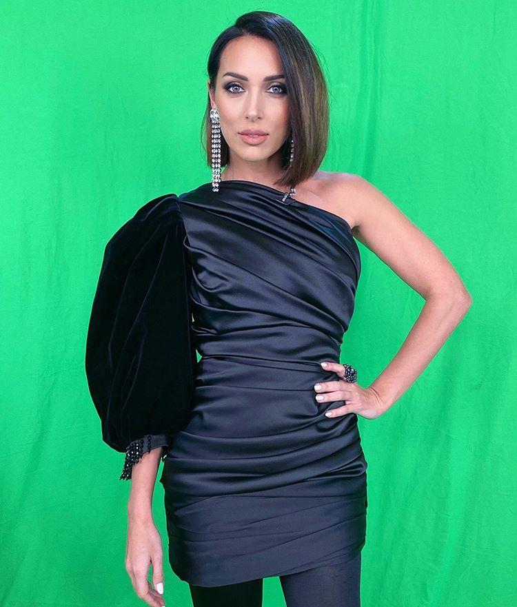 Алсу в коротком платье с одним рукавом