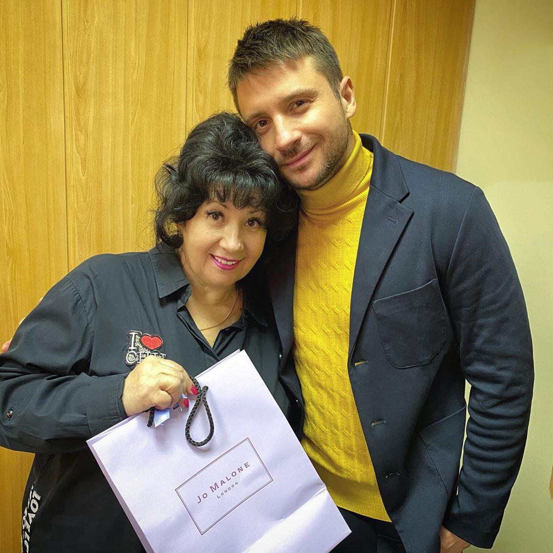 Сергей Лазарев показал фото со своей мамой и поздравил ее с наступающим 8 марта