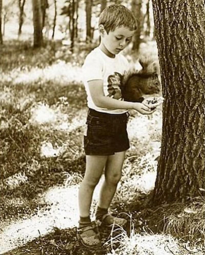 Детское фото Марка Тишмана с белочкой