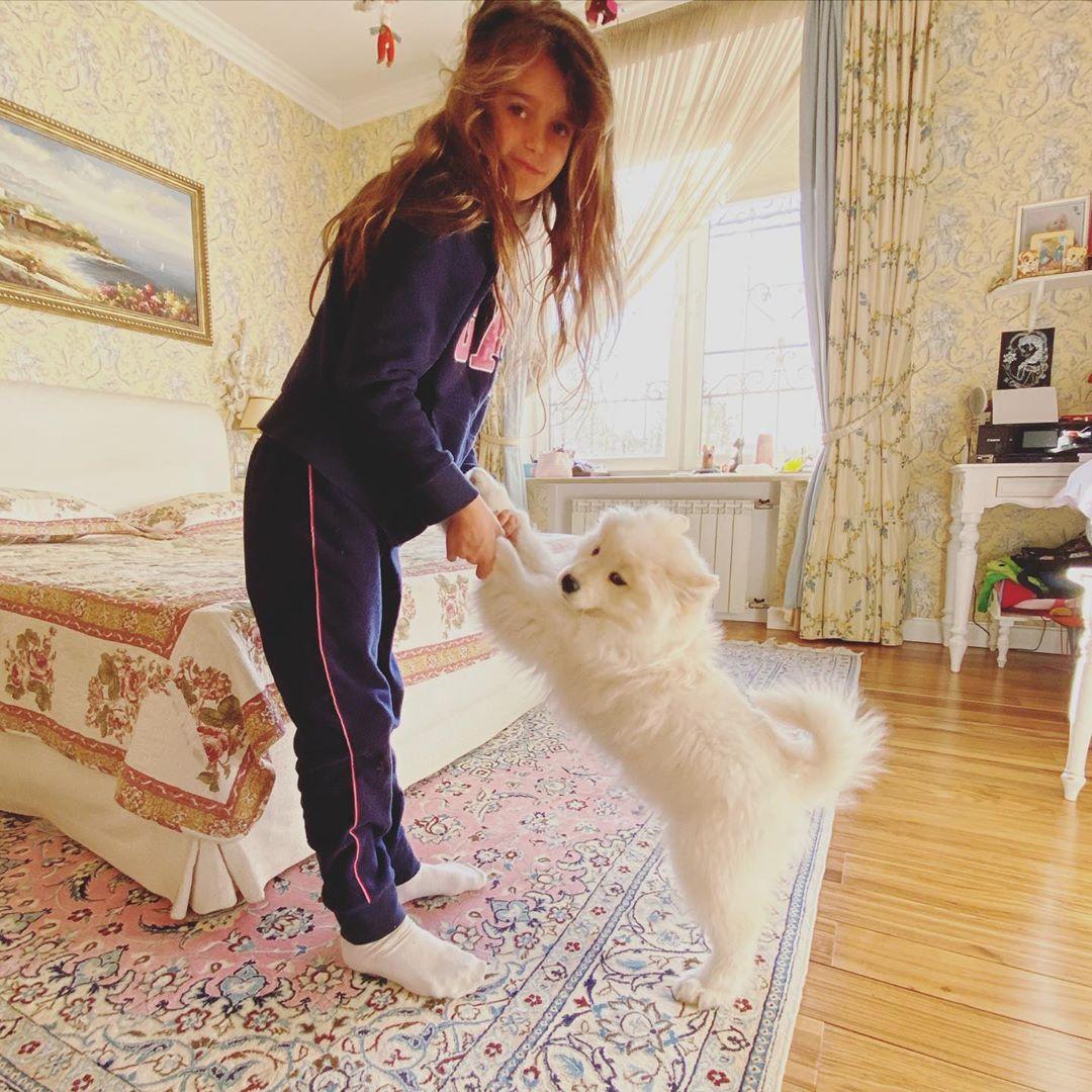 Певица Слава показала милое фото младшей дочери с белым щенком