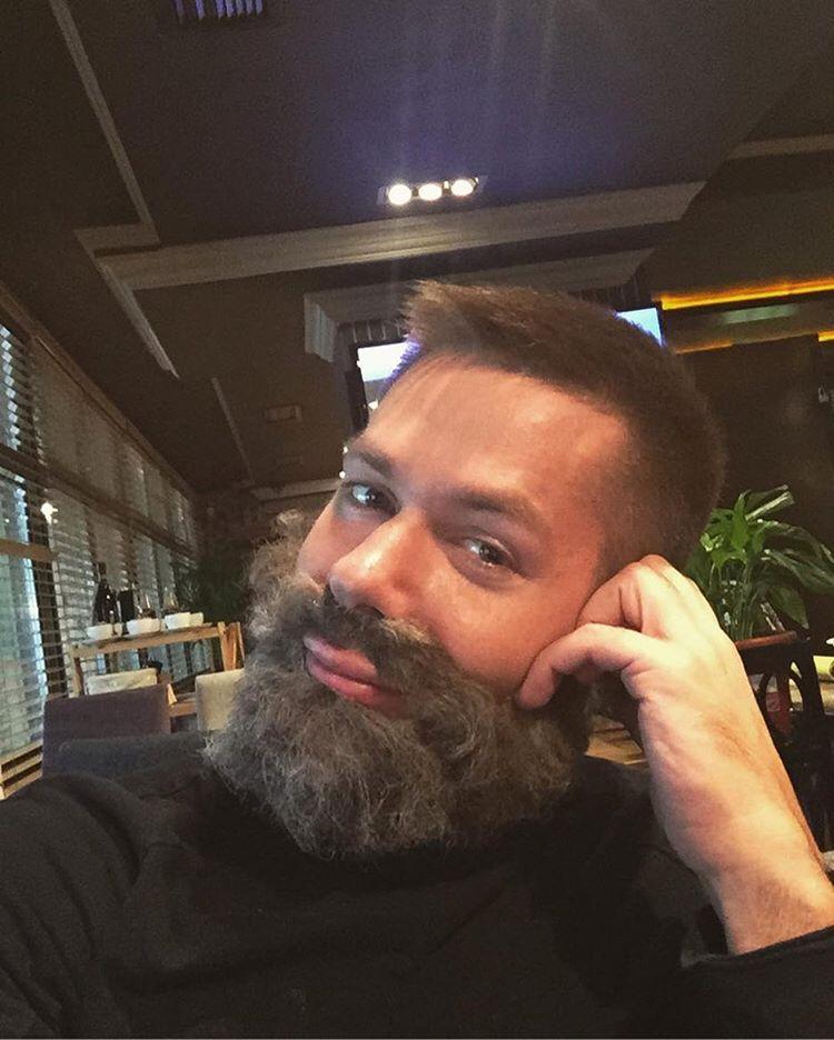 Стас Пьеха в накладной бороде