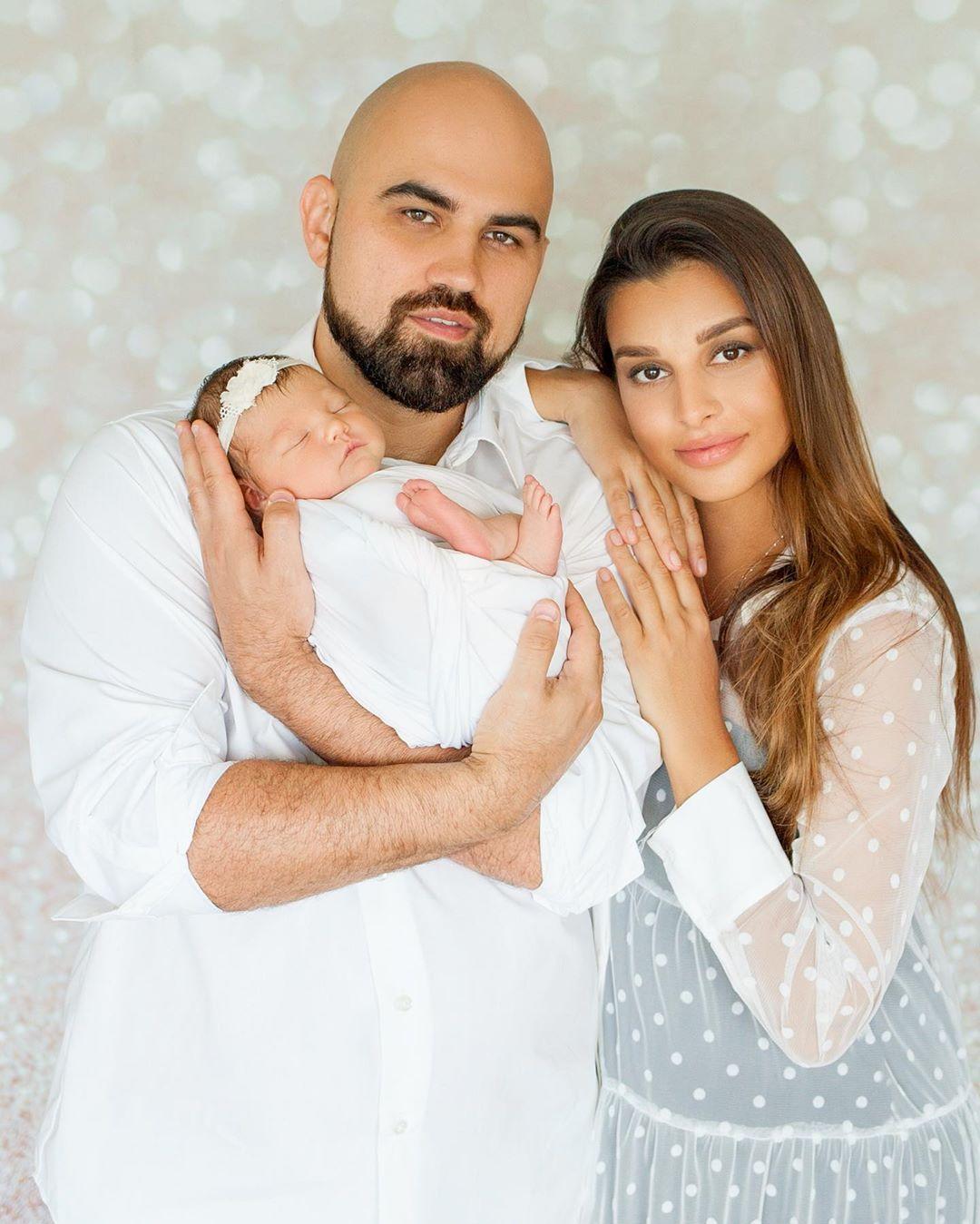 Артик показал милое фото с женой и ребенком