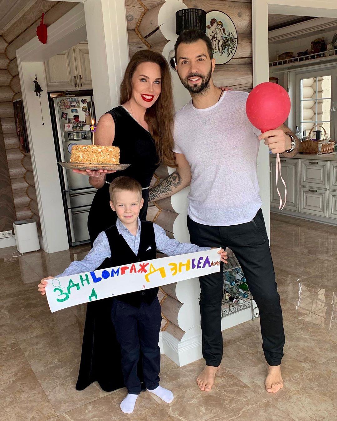 Денис Клявер с женой и сыном в свой День рождения