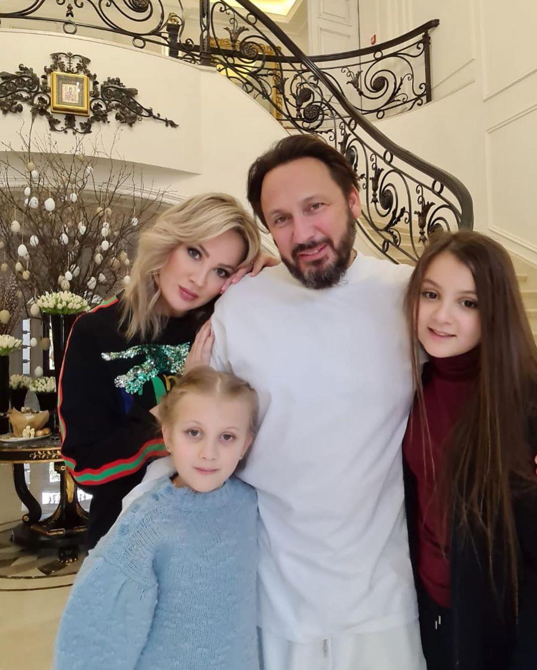 Стас Михайлов в окружении трех красавиц — жены и двух дочек