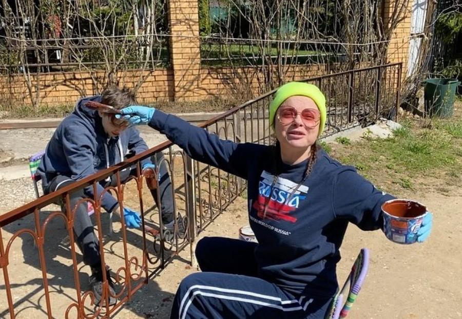 Наталья Королева показала, как она с сыном весело красит забор