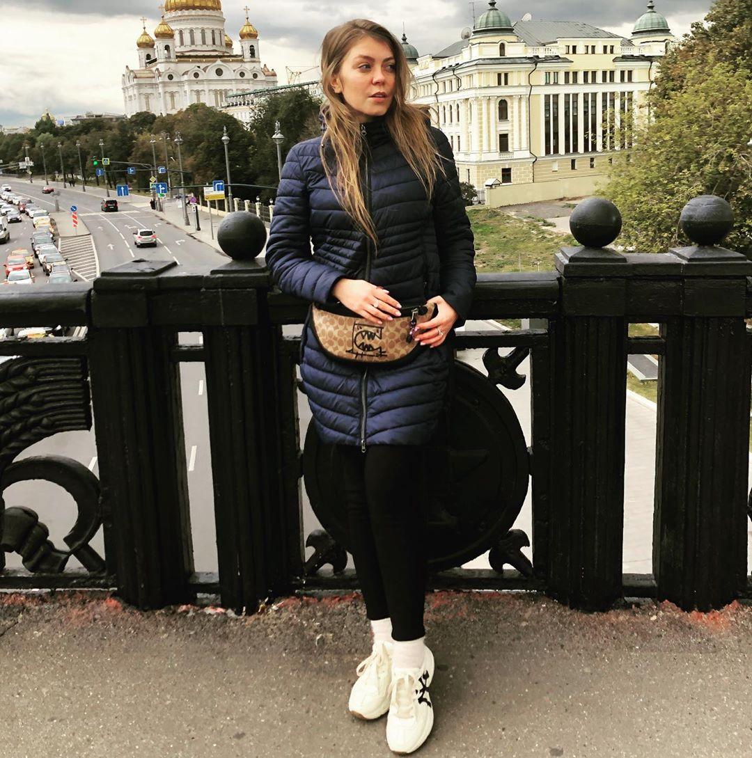 Оксана Почепа aka Акула записала песню «Дети девяностых»