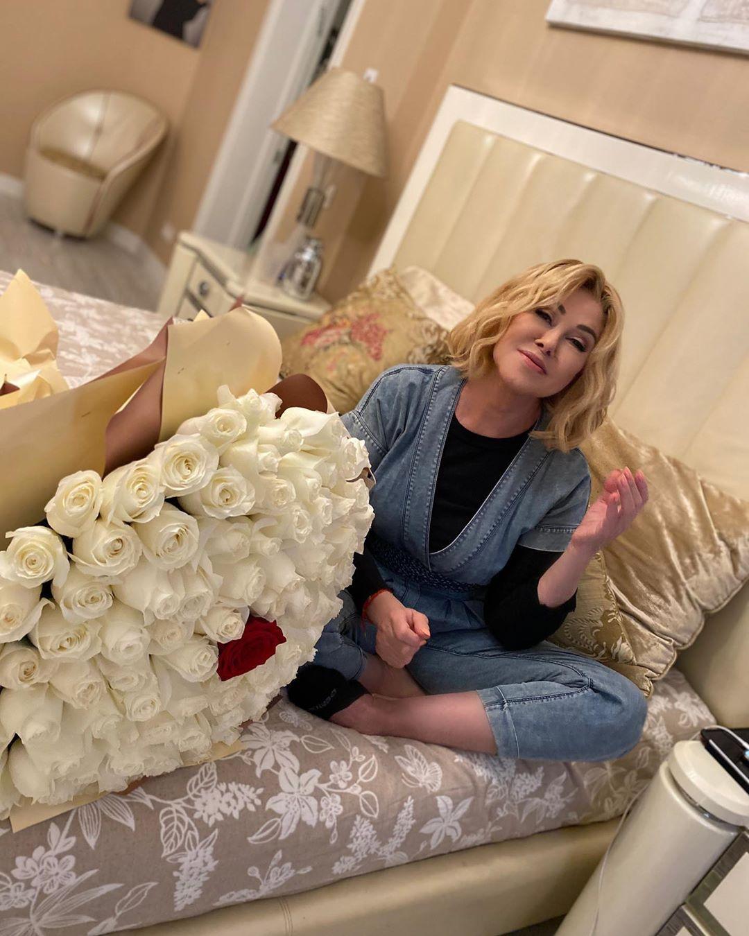 Виктория Кохана прислала Любови Успенской большой букет белых роз