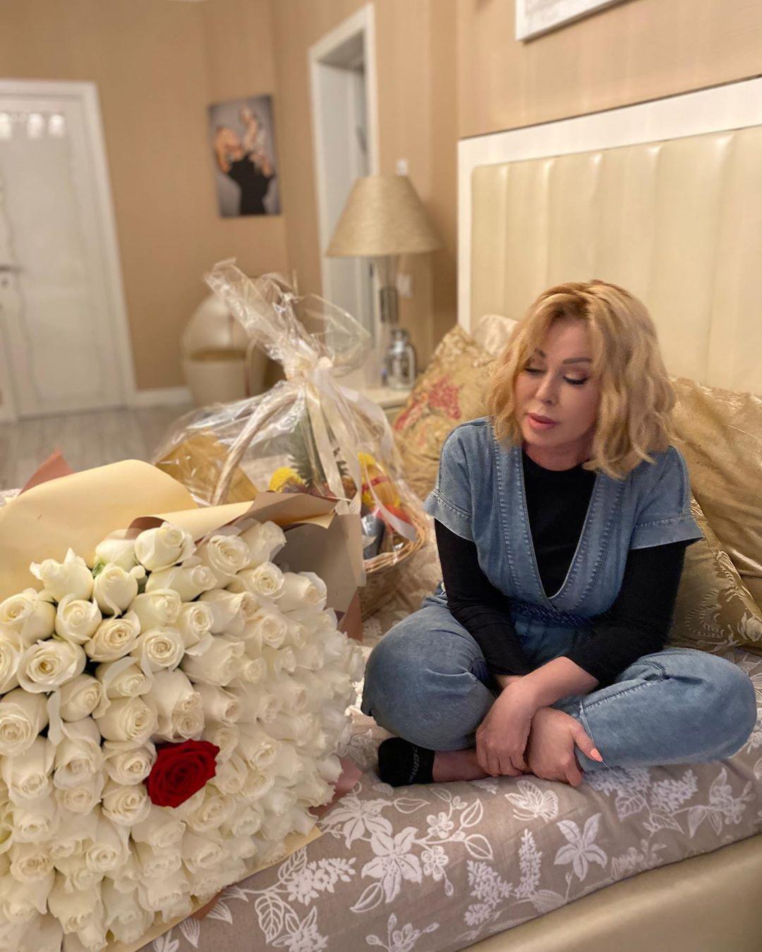 Любовь Успенская получила букет белых роз
