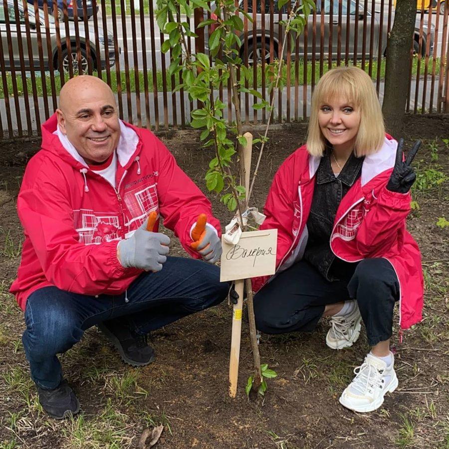 Валерия и Иосиф Пригожин посадили именные деревья в дворе своего многоквартирного дома