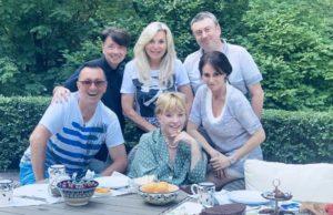 Алла Пугачева сделала новую прическу и встретилась с друзьями