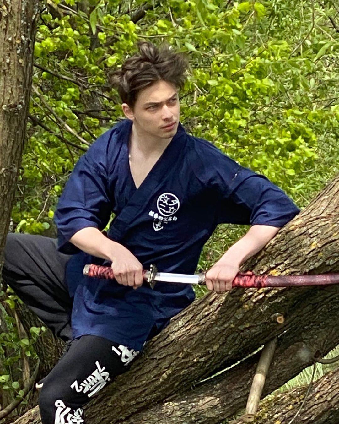 Архип Глушко позирует с мечами