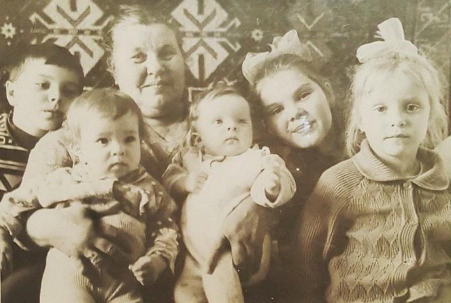 Бабушка Максима Фадеева с внуками