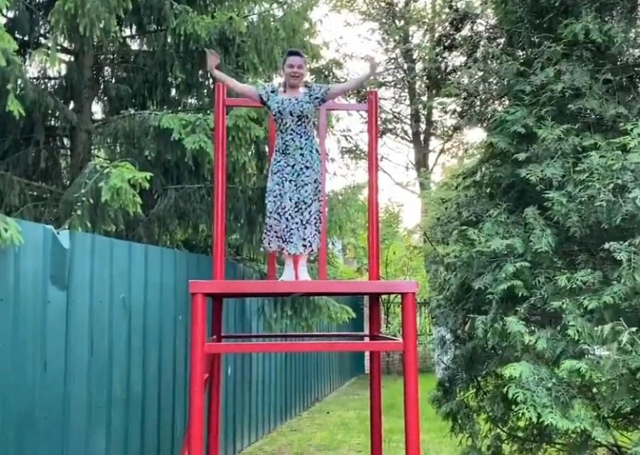 Наталья Королева выступает на гигантском стуле