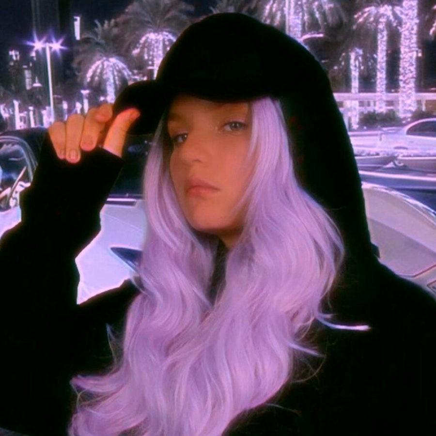 Margo Swan представила новую песню «Две кометы». Премьера этого сингла состоялась 25 года 2020 года.  Margo Swan — ведущая, блоггер, певица и радиоведущая.