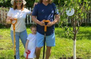 Игорь Николаев с женой и дочкой приняли участии в акции «Сад памяти»