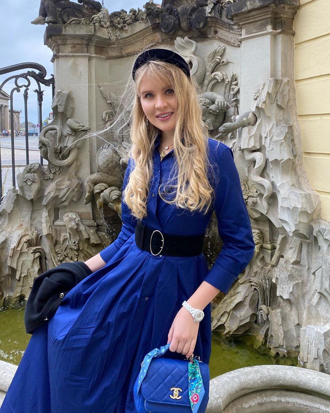 Устинья Малинина в элегантном синем платье