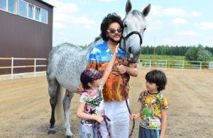 Филипп Киркоров показал, как он проводит время с детьми на конюшне