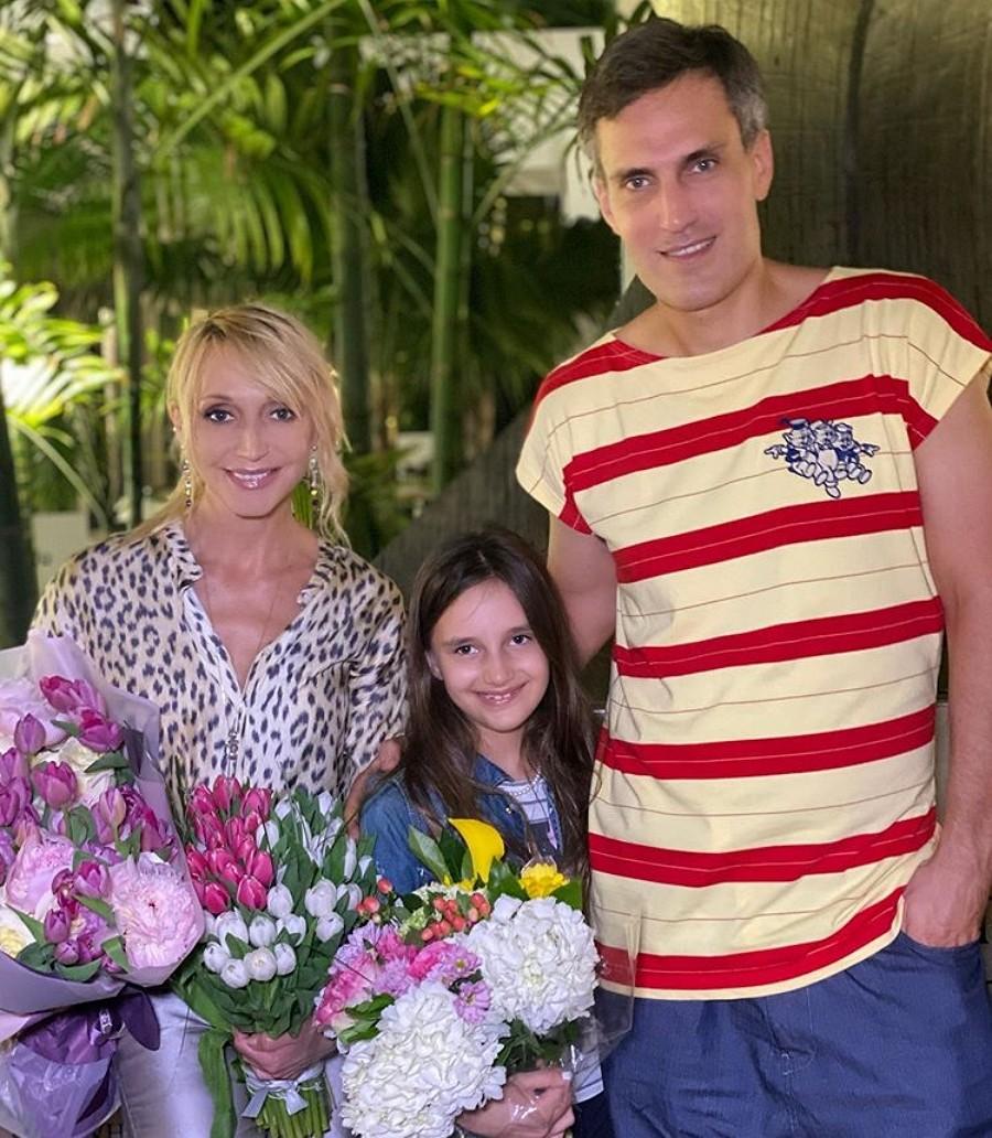 Кристина Орбакайте показала фото с мужем и дочкой с отдыха на море
