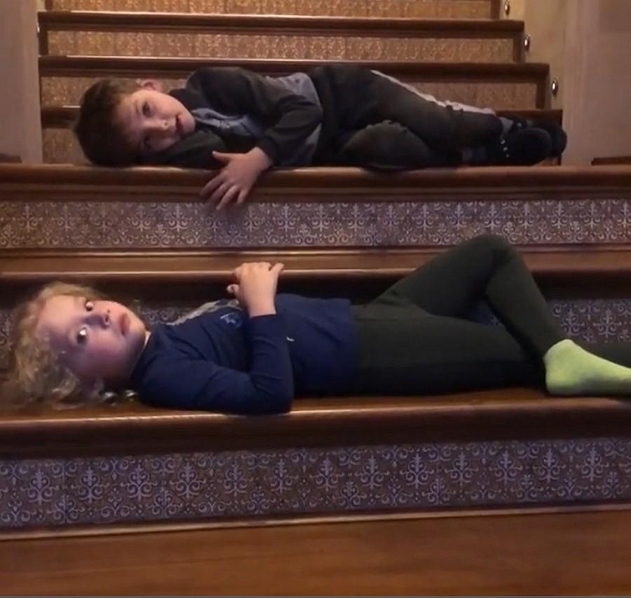 Дети Максима Галкина лежат на ступеньках в ожидании прихода отца