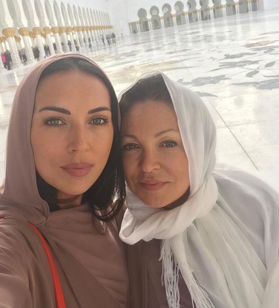 Певица Алсу показала фото со своей мамой